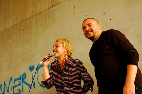 Roberto MaxwellとThe RabadasのSabrina Hellmeister