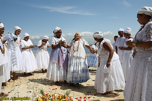 Com Dona Pátria, incorporada, que mora com Mãe Emilia e tem cerca de 80 anos de santo.
