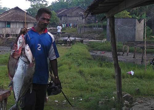 Kepulauan Aru di Maluku sangat kayan dengan sumber daya lautnya. Hanya dengan memancing semalam, warga Marlasi, Aru Utara ini mampu mendapat sepikulan ikan segar.