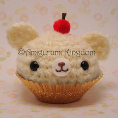 Amigurumi Classic vanilla buttercream cupcake with cherry on top