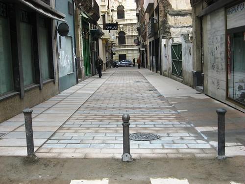 Peatonalizacion calle Maria Cristina Plataforma Unica. El Peaton se cobija en el borde. Diciembre 2008