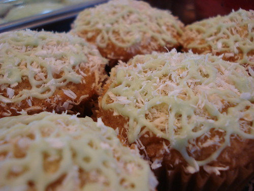 vanilla-coconut cupcakes w/margarita icing drizzles
