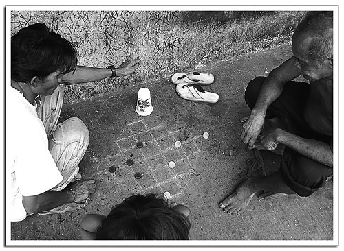 Manila men playing checkers draughts dama improvised game Buhay Pinoy Philippines Filipino Pilipino  people pictures photos life Philippinen  菲律宾  菲律賓  필리핀(공화�)