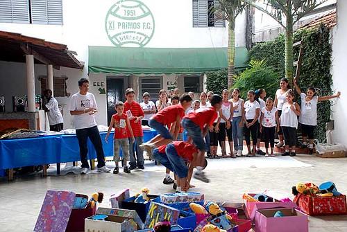 Apresentação de dança dos meninos participantes do projeto
