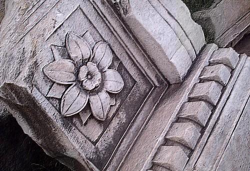 Alto-relevo de flor no Fórum de Roma