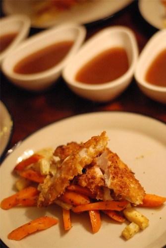 """Cornflakesgratinerad kyckling med rostade rotfrukter och """"specialsås"""""""