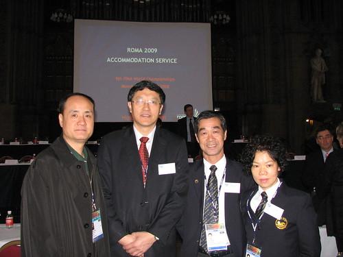 泳總主席麥志權、教練李富嬋與國家游泳中心主任李樺、FINA執委張秋平(左一)合照