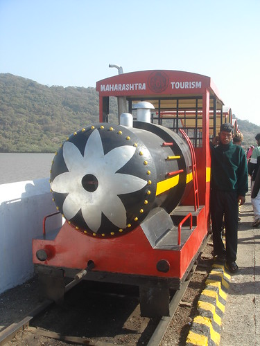 前往Elephanta Caves象窟1_16海邊小火車