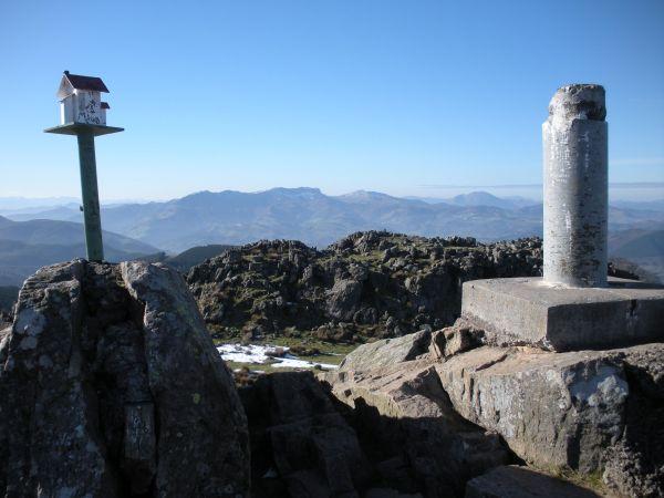 Foto 6 - Buzón y punto geodésico del Adarra