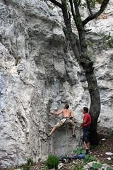 Pepe asegurando y Richard escalando en Els roures