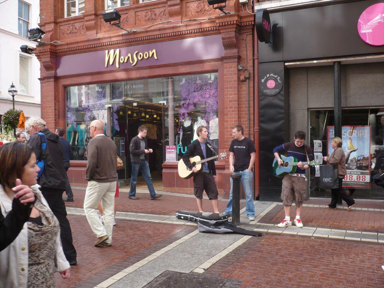 cantando en una calle de Dublin, cualqier hora es buena