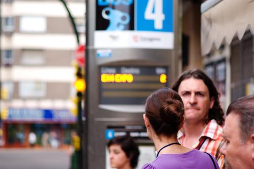 Esperando al bus