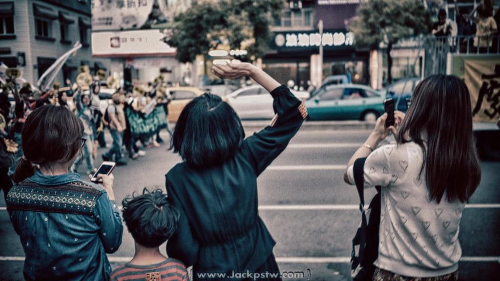 反核繞街活動:當遊行走到博愛路的百貨公司,這位穿黑色衣服的小姐很激動的沖出來幫大家加油, 這位應該是穿的百貨公司員工