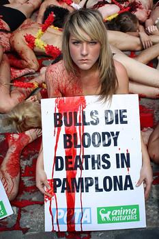 Pamplona encierros San Fermines. Protesta en los San Fermines de Peta y Anima Naturalis