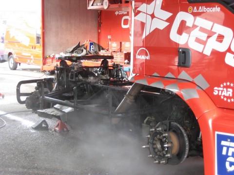 El camión en proceso de limpieza tras las carreras del sábado by you.