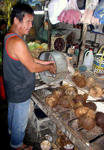 Surigao City market, Mindanao coconut grating shredding niyog market machineBuhay Pinoy Philippines Filipino Pilipino  people pictures photos life Philippinen  菲律宾  菲律賓  필리핀(공화�)