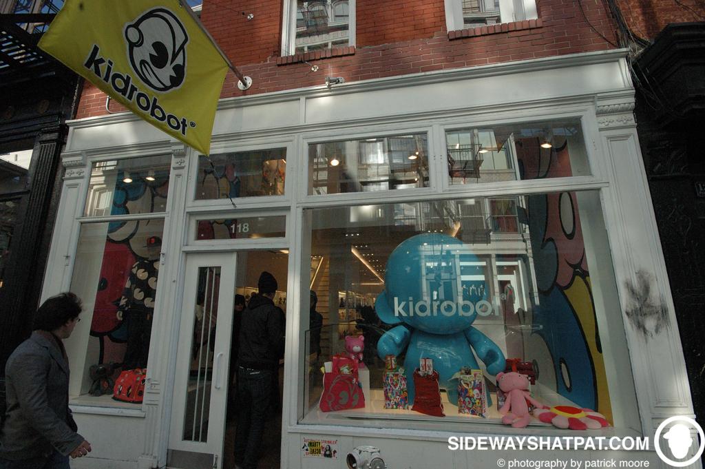 NYC08D2_kid_robot-015