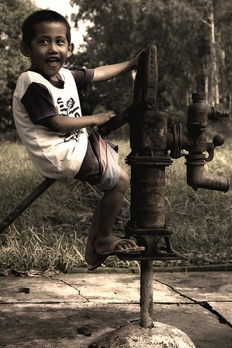 Digos, Davao boy riding artesian well pump Buhay Pinoy Philippines Filipino Pilipino  people pictures photos life Philippinen  菲律宾  菲律賓  필리핀(공화�)