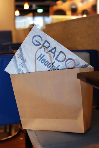 把 Grado 盒子從紙袋裡拿出來囉