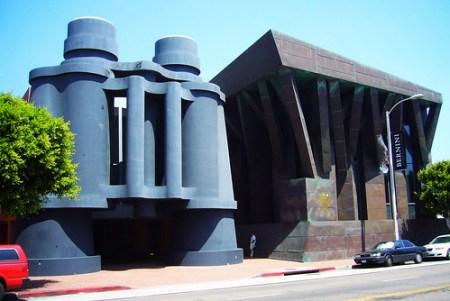 建築師 Frank O Gehry 與公共藝術家 Claes Oldenburg 所共同設計的巨大雙筒望遠鏡 (by Roca Chang)