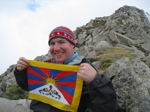 Displaying the Tibetan flag atop Indrahar Pass