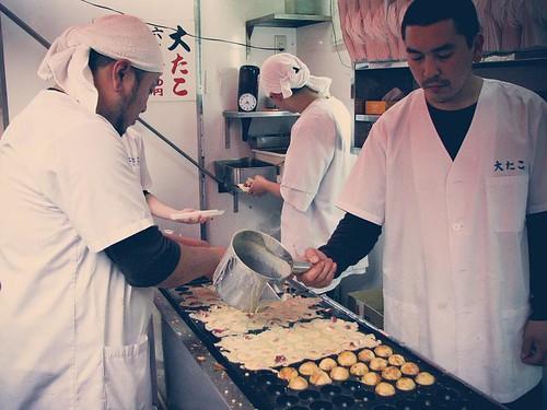수많은 타코야키를 만들고 있는 사람들.