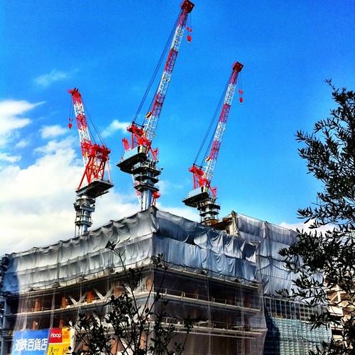 ただいまお弁当タイム中! なかなか晴れないので、いつか撮った青空とクレーンでもどうぞ! #crane #blue_sky