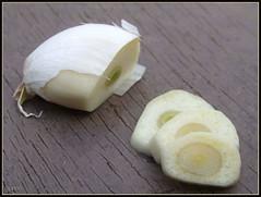 Sliced garlic - שום פרוס