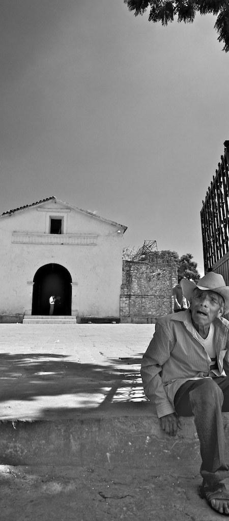 Messicano seduto di fronte alla chiesa di Tlamazacapa