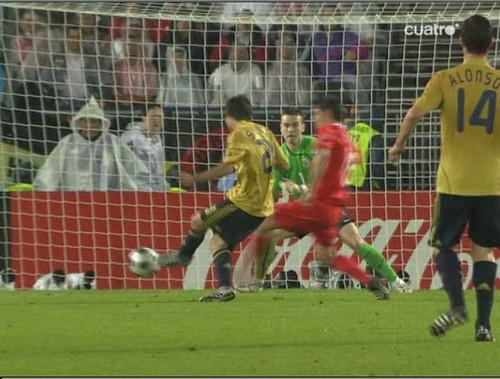 Silva empuja el balón para anotar el tercer tanto de España