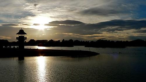 Sun rises over Henley Lake