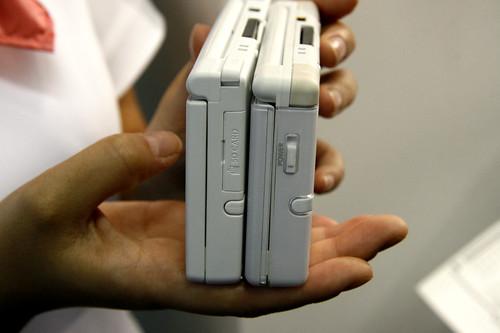 NDSi (kiri) dan NDS Lite (kanan) - Lihat slot kartu SD pada NDSi?