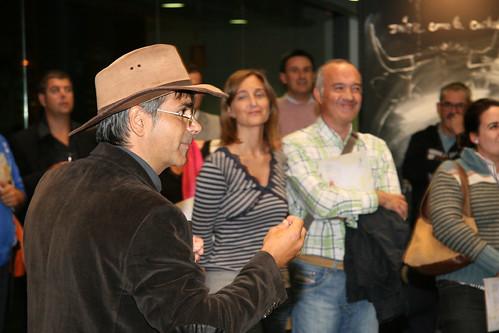 Los asistentes a la muestra  de Albër D´Arbbin, un humanista venido de aqui , disfrutaron de unos minutos de intensa revelación con el análisis y la disección de los comportamientos humanos frente a la obra de arte.