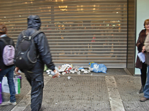 Με τα μαγαζιά να κλείνουν μ�σα τους πελάτες τους μπροστά σε ειρηνική πορεία