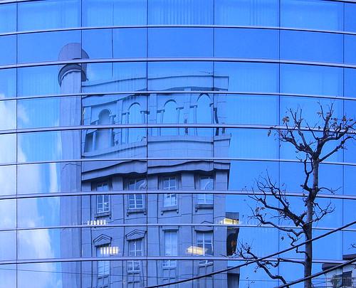 Reflejos azules en Tokio.