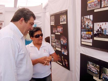 Diretor da Shell observa fotografias das crianças nas atividades realizadas pela Casa Arte Cidadania em 2008