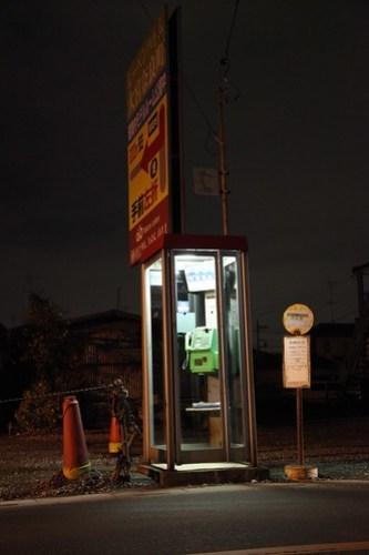 電話ボックスとバス停