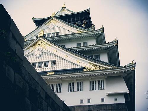8층 높이의, 옛날 일본의 건물.