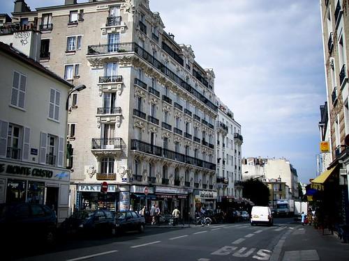 7층 높이의 빌딩이 서 있는 거리