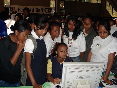 FBC giving a help to a bunch of enthousiastic and curious kids at e-bit 12
