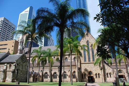 La catedral de Brisbane cercada por rascacielos