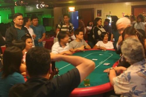 Davao bloggers play poker