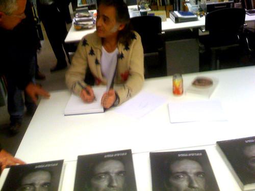 Alberto Garcia Alix firmando libros@La Fábrica