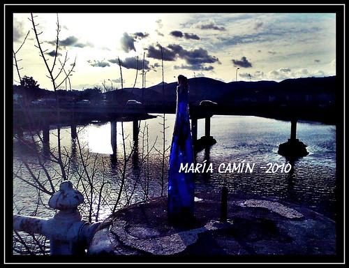 5. Botella azul con corcho rojo sobre el Bidasoa