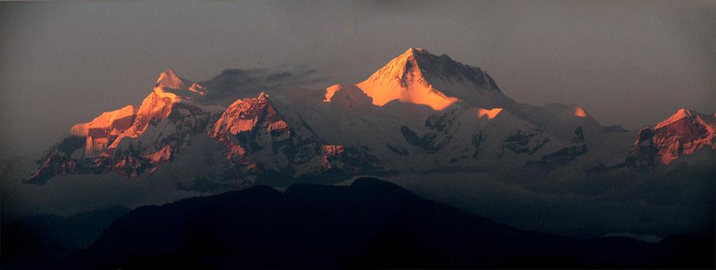 El resto de las montañas en un espectacular atardecer