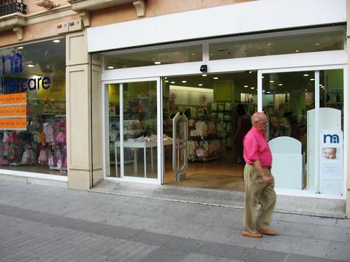 Mothercare Tienda ineficiente en el Boulevard de Gran Capitán. Tiene las puertas correderas abiertas y la energia escapa a raudales