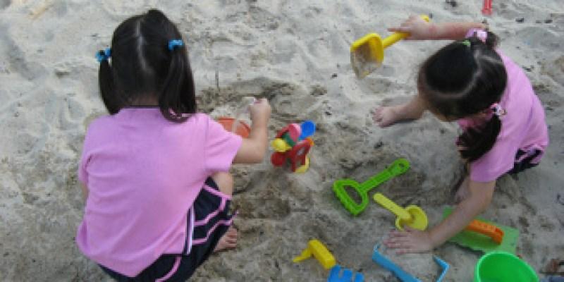 高雄兒美館沙坑堆沙:堆不成的沙屋(4.2ys)