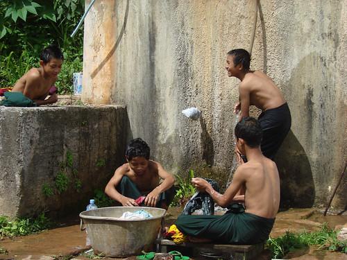 Niños lavando ropa en el monasterio de Larkow