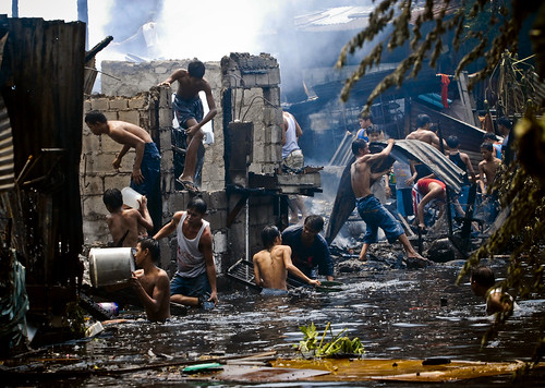 Pinoy Filipino Pilipino Buhay  people pictures photos life Philippinen  菲律宾  菲律賓  필리핀(공화�) Philippines fire sunog looting boys group house burnt looting manila