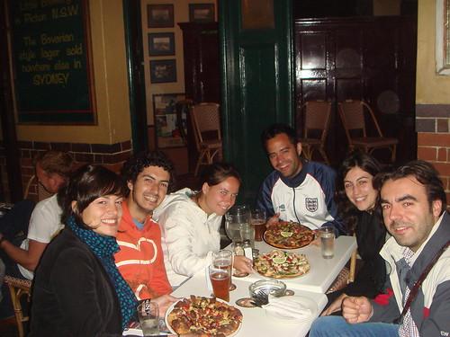 Con las tres pizzas en el restaurante